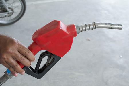 surtidor de gasolina: Manejar el combustible, el llenado de la bomba de gasolina Foto de archivo