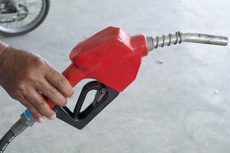 petrol pump: Handle fuel, Petrol pump filling