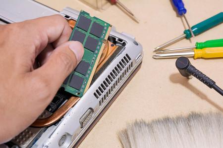 Reparar el cuaderno de la computadora, reparar la computadora portátil Foto de archivo - 77208649