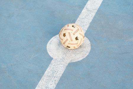 Sepak Takraw, Sepaktakraw se diferencia del deporte similar del voleibol en el uso de una pelota de ratán y solo permite a los jugadores usar sus pies, rodilla, cofre y cabeza para tocar la pelota. Foto de archivo - 84329545