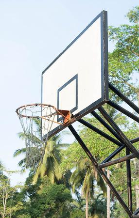 Aro de baloncesto al aire libre en natural Foto de archivo - 84329547