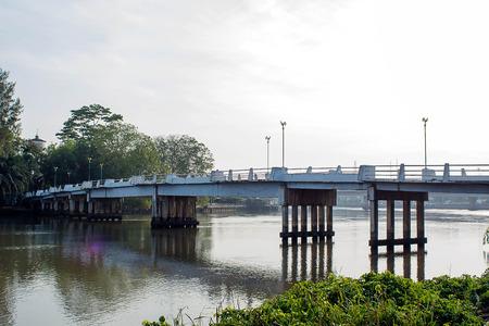 Puente sobre un pequeño río Foto de archivo - 84258344