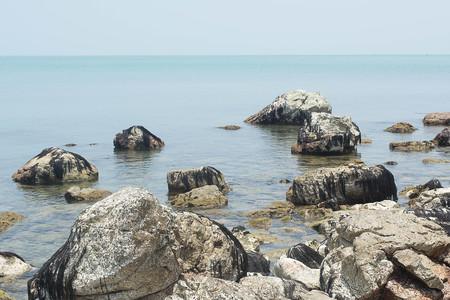 Rocas junto al mar en Hin Ngam Beach, Sichon, Nakhon Si Thammarat. Tailandia Foto de archivo - 84329554