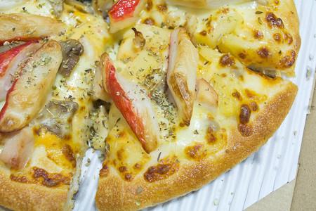 Crab Stick Pizza y buen olor a pollo ahumado. Foto de archivo - 89458840