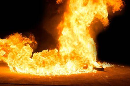 Feuer durch brennendes Gas. Brennendes Öl und der brennende Gastank. Standard-Bild