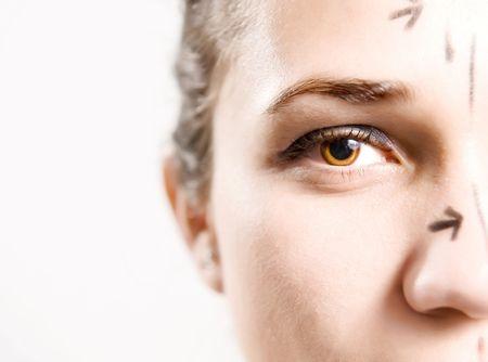 whose: Closeup retrato de una dama atractiva del C�ucaso cuyo rostro est� marcado con l�neas de la cirug�a est�tica facial