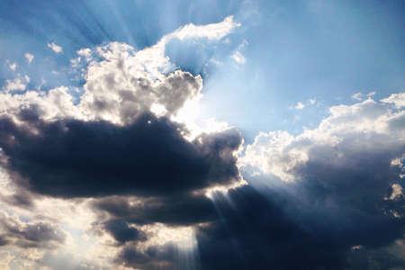 Sonnenstrahlen durch die Wolken Standard-Bild - 21470943