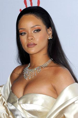 Rihanna bij de 2de Jaarlijkse Diamantbal die bij de Barker-Hanger in Santa Monica, de VS op 10 December, 2015 wordt gehouden.