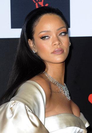 Rihanna bij de 2de Jaarlijkse Diamantbal die bij de Barker-Hanger in Santa Monica, de VS op 10 December, 2015 wordt gehouden. Redactioneel
