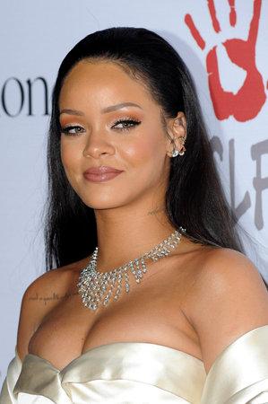 Rihanna bij de 2de Jaarlijkse Diamond Ball gehouden in het Barker Hanger in Santa Monica, Verenigde Staten op 10 december 2015. Redactioneel