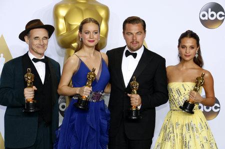 Mark Rylance, Brie Larson, Leonardo DiCaprio en Alicia Vikander tijdens de 88e Annual Academy Awards - Press Room gehouden in het Loews Hollywood Hotel in Hollywood, USA op 28 februari 2016.