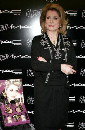 Catherine Deneuve. MAC rend hommage à l'actrice française en nommant son troisième icône de la beauté MAC et le lancement d'une collection de couleurs en édition limitée à Beverly Hills, États-Unis le 13 Janvier 2006. Banque d'images - 54013919