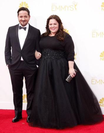 LOS ANGELES, CA - 25 AGOSTO 2014: Melissa McCarthy e Ben Falcone ai sessantanovesimi Emmy Awards primetime annuali hanno tenuto alla LA del teatro di Nokia in tensione a Los Angeles, USA il 25 agosto 2014. Archivio Fotografico - 53809620