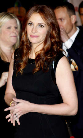 roberts: Julia Roberts at the Los Angeles premiere of Charlie Wilsons War held at the CityWalk Cinemas in Universal City on December 10, 2007.