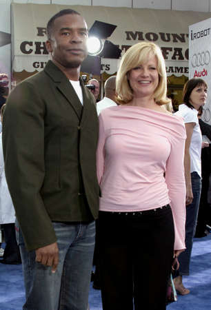 WESTWOOD, CA - JULY 07, 2004: Bonnie Hunt and David Alan Grier at the World premiere of 'I, Robot' held at the Mann Village Theatre in Westwood, USA on July 7, 2004. Stok Fotoğraf - 55769246
