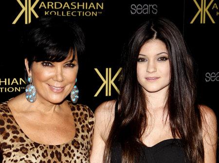 HOLLYWOOD, Californie - 17 août 2011: Kris Jenner et Kylie Jenner à la soirée de lancement Kardashian Kollection tenue à la colonie à Hollywood, États-Unis, le 17 août 2011. Banque d'images - 56050582