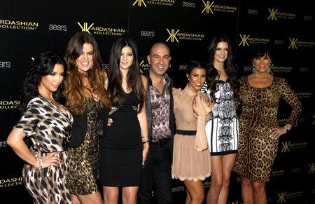 HOLLYWOOD, CA - 17 AOUT 2011: Bruno Schiavi, Khloe Kardashian, Kylie Jenner, Kris Jenner, Kourtney Kardashian, Kim Kardashian et Kendall Jenner lors du Kardashian Kollection Launch Party qui s'est tenu à la Colony à Hollywood, USA le 17 août 2011. Banque d'images - 56051308