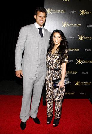 HOLLYWOOD, CA - 17 AOÛT 2011: Kim Kardashian et Kris Humphries lors de la soirée de lancement Kardashian Kollection qui s'est tenue à la Colony à Hollywood, États-Unis, le 17 août 2011. Banque d'images - 56053758