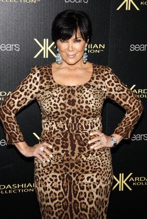HOLLYWOOD, CA - 17 août 2011: Kris Jenner au Launch Party Kollection Kardashian a tenu à la colonie à Hollywood, États-Unis le 17 Août 2011. Banque d'images - 56054434