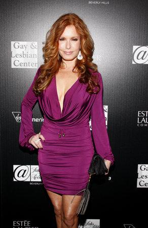 Tracey E. Bregman은 2012 년 1 월 23 일 West Hollywood의 Sunset Tower에서 로스 앤젤레스의 게이 및 레즈비언 센터 노숙자 청소년 서비스 혜택을 받았습니다.