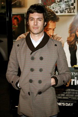 """letras musicales: Adam Brody atiende a la premier de Los Ángeles de """"Letra y Música"""", celebrado en el teatro chino del Grauman en Hollywood, California el 7 de febrero de 2007."""