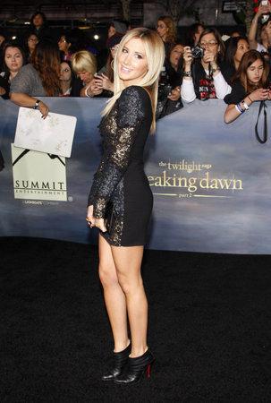 amanecer: Ashley Tisdale en el estreno de 'La Saga Crepúsculo: Amanecer - Parte 2' celebrada en el Nokia Theatre LA Live en Los Angeles el 12 de noviembre de 2012.