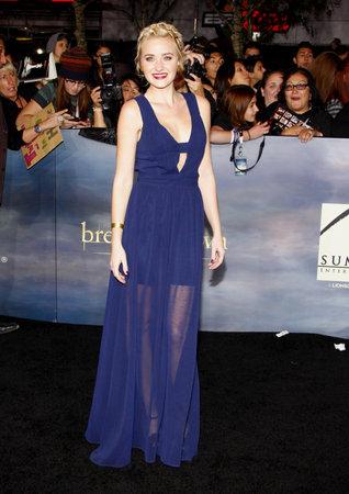 amanecer: AJ Michalka en la premier de Los Ángeles de 'La Saga Crepúsculo: Amanecer - Parte 2' celebrada en el Nokia Theatre LA Live en Los Angeles el 12 de noviembre de 2012.