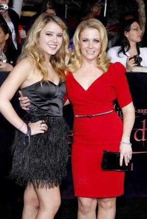 amanecer: Melissa Joan Hart y Taylor Spreitler en la premier de Los �ngeles de 'La Saga Crep�sculo: Amanecer Parte 1' celebrada en el Nokia Theatre LA Live en Los Angeles el 14 de noviembre de 2011.