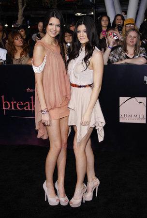 amanecer: Kylie Jenner y Kendall Jenner en la premier de Los �ngeles de 'La Saga Crep�sculo: Amanecer Parte 1' celebrada en el Nokia Theatre LA Live en Los Angeles el 14 de noviembre de 2011. Editorial