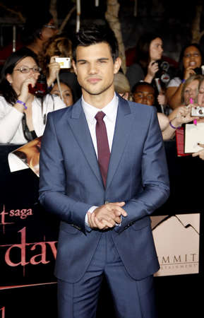 amanecer: Taylor Lautner at the Los Angeles premiere of The Twilight Saga: Breaking Dawn Part 1 held at the Nokia Theatre L.A. Live in Los Angeles on November 14, 2011.