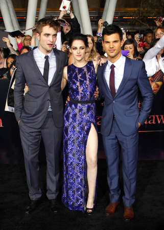 amanecer: Taylor Lautner, Robert Pattinson and Kristen Stewart at the Los Angeles premiere of The Twilight Saga: Breaking Dawn Part 1 held at the Nokia Theatre L.A. Live in Los Angeles on November 14, 2011.