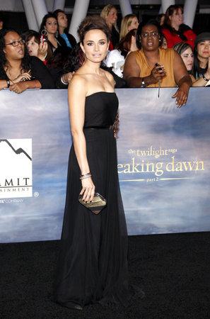 amanecer: Mia Maestro en la premier de Los Ángeles de 'La Saga Crepúsculo: Amanecer - Parte 2' celebrada en el Nokia Theatre LA Live en Los Angeles el 12 de noviembre de 2012.