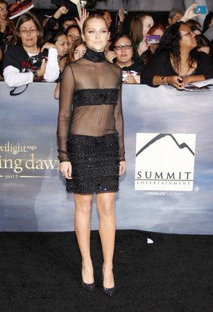amanecer: Teresa Palmer en la premier de Los Ángeles de 'La Saga Crepúsculo: Amanecer - Parte 2' celebrada en el Nokia Theatre LA Live en Los Angeles el 12 de noviembre de 2012.