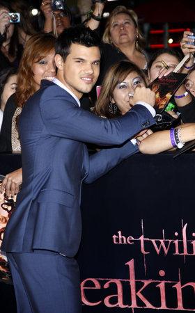 amanecer: Taylor Lautner en la premier de Los �ngeles de 'La Saga Crep�sculo: Amanecer Parte 1' celebrada en el Nokia Theatre LA Live en Los Angeles el 14 de noviembre de 2011. Editorial