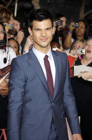 amanecer: Taylor Lautner en la premier de Los Ángeles de 'La Saga Crepúsculo: Amanecer Parte 1' celebrada en el Nokia Theatre LA Live en Los Angeles el 14 de noviembre de 2011. Editorial