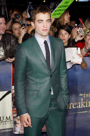 amanecer: Robert Pattinson en la premier de Los �ngeles de 'La Saga Crep�sculo: Amanecer - Parte 2' celebrada en el Nokia Theatre LA Live en Los Angeles el 12 de noviembre de 2012.