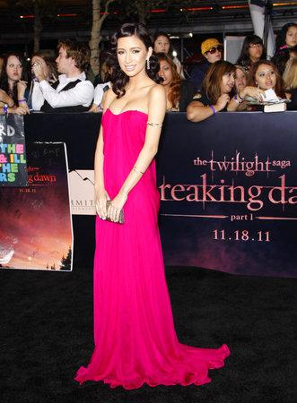 amanecer: Christian Serratos en la premier de Los Ángeles de 'La Saga Crepúsculo: Amanecer Parte 1' celebrada en el Nokia Theatre LA Live en Los Angeles el 14 de noviembre de 2011.