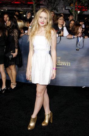 amanecer: Kathryn Newton en la premier de Los Ángeles de 'La Saga Crepúsculo: Amanecer - Parte 2' celebrada en el Nokia Theatre LA Live en Los Angeles el 12 de noviembre de 2012.
