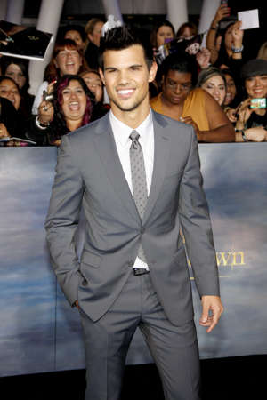 amanecer: Taylor Lautner at the Los Angeles premiere of The Twilight Saga: Breaking Dawn - Part 2 held at the Nokia Theatre L.A. Live in Los Angeles on November 12, 2012. Editorial