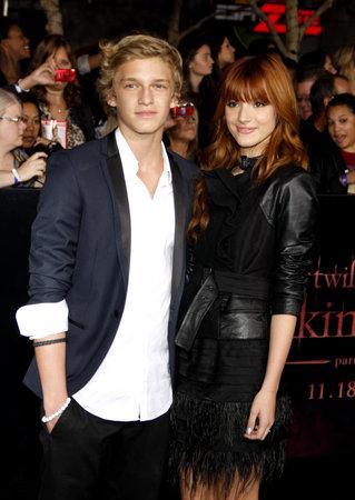 amanecer: Cody Simpson y Bella Thorne en el estreno de Los Ángeles de 'La Saga Crepúsculo: Amanecer Parte 1' celebrada en el Nokia Theatre LA Live en Los Angeles el 14 de noviembre de 2011.