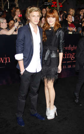 amanecer: Cody Simpson y Bella Thorne en el estreno de Los �ngeles de 'La Saga Crep�sculo: Amanecer Parte 1' celebrada en el Nokia Theatre LA Live en Los Angeles el 14 de noviembre de 2011.