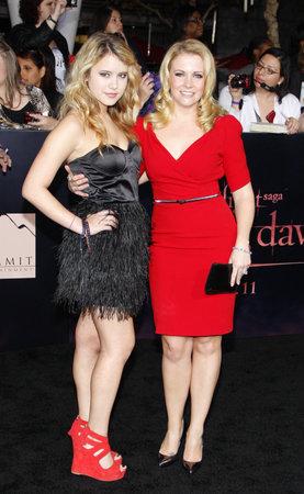 amanecer: Melissa Joan Hart y Taylor Spreitler en la premier de Los Ángeles de 'La Saga Crepúsculo: Amanecer Parte 1' celebrada en el Nokia Theatre LA Live en Los Angeles el 14 de noviembre de 2011.
