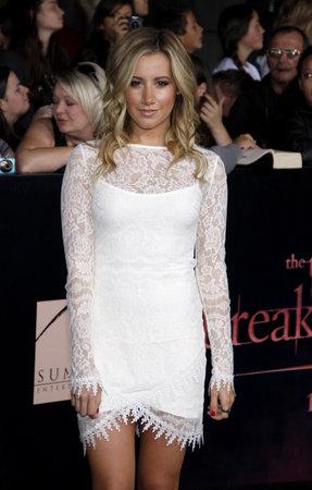 amanecer: Ashley Tisdale en el estreno de 'La Saga Crep�sculo: Amanecer Parte 1' celebrada en el Nokia Theatre LA Live en Los Angeles el 14 de noviembre de 2011.