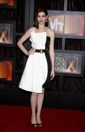 2009年1月8日、米国サンタモニカのサンタモニカ・シビック・オーディトリアムで開催されたVH1第14回映画批評家協会賞のアン・ハサウェイ。