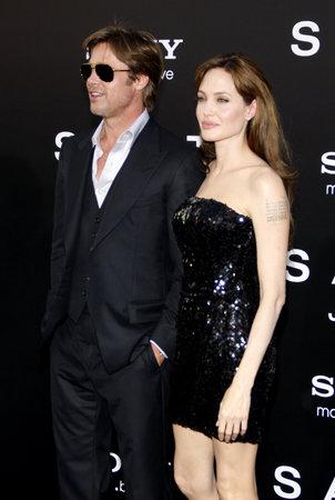 2010年7月19日、アメリカのハリウッドで開催された Grauman の中国劇場で行われたロサンゼルス初演のブラッド・ピットとアンジェリーナ・ジョリー。