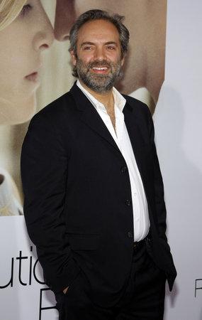 """Sam Mendes bei der Weltpremiere von """"Revolutionary Road"""" hielt am Mann Village Theatre in Westwood, Kalifornien, USA am 15. Dezember 2008 Standard-Bild - 77202090"""