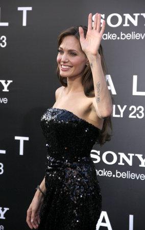 2010年7月19日、アメリカのハリウッドにある Grauman の中国劇場で開催された「ソルト」のロサンゼルス・プレミアのアンジェリーナ・ジョリー。 報道画像