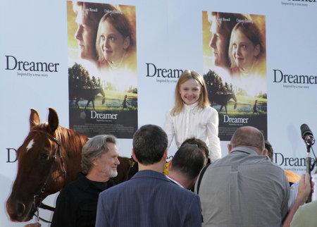 Dakota Fanning op de Los Angeles première van 'Dreamer' gehouden bij het Mann Theater van het Dorp in Westwood, USA op 9 oktober 2005.
