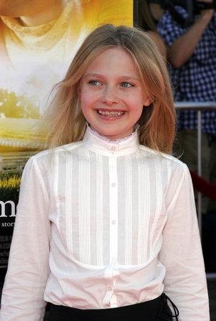 Dakota Fanning bij de première van Los Angeles van 'Dreamer' die op 9 oktober 2005 in het Mann Village Theatre in Westwood, VS werd gehouden.