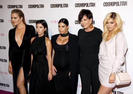 2015 년 10 월 12 일 미국 로스 앤젤레스의 Ysabel에서 개최 된 Cosmopolitan 50th Birthday Celebration에서 Khloe Kardashian, Kourtney Kardashian, Kim Kardashian, Kris Jenner 및 Kylie J 에디토리얼